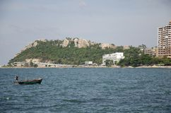 El paisaje de la visión de Laem thaen la playa escénica a de Bangsaen del puesto de observación en Chon Buri, Tailandia foto de archivo libre de regalías