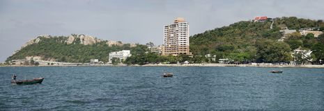 El paisaje de la visión de Laem thaen la playa escénica a de Bangsaen del puesto de observación en Chon Buri, Tailandia imagen de archivo