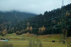 El paisaje de la visión y el campo agrícola con la montaña de las montañas en Bolzano o bozen en Italia fotos de archivo