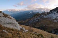 El paisaje de las montañas del Cáucaso en la puesta del sol Fotos de archivo