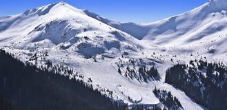 El paisaje de las montañas y de los esquiadores de Tatra Fotografía de archivo