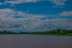 El paisaje de los ríos y de las montañas allí es un cielo azul como el CCB Imagen de archivo
