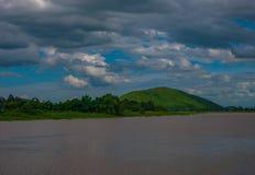 El paisaje de los ríos y de las montañas allí es un cielo azul como el CCB Foto de archivo libre de regalías