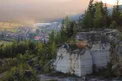 El paisaje de mármol de la mina del otoño fotografió en la puesta del sol con una ciudad en el fondo foto de archivo