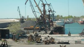 El paisaje de remolcadores y las grúas en astillero en cargo viran hacia el lado de babor Crane Loading del material de construcc almacen de video