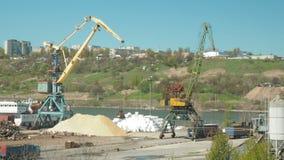 El paisaje de remolcadores y las grúas en astillero en cargo viran hacia el lado de babor La grúa mueve la arena traída por los c almacen de video