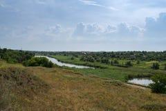 El paisaje del campo del campo en la sol del mediodía Foto de archivo libre de regalías