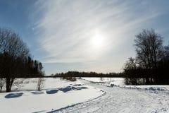 El paisaje del campo del invierno con los árboles escarchados se encendió por la luz suave de la puesta del sol - escena nevosa d Imagen de archivo