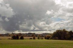 El paisaje del campo inglés en un día nublado Fotografía de archivo libre de regalías