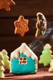 El paisaje del invierno con las casas de galletas y los árboles de navidad están en la luna las estrellas Fotografía de archivo libre de regalías