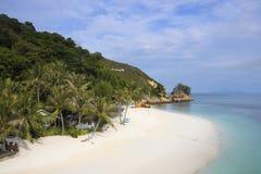 El paisaje del mar del paraíso con el océano blanco de la arena y de la esmeralda apuntala en la isla Malasia de Rawa Fotografía de archivo