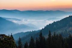 El paisaje del otoño de la montaña imagenes de archivo