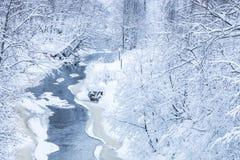 El paisaje del pequeño río o del arroyo en el bosque hermoso del invierno o en el parque imagen de archivo