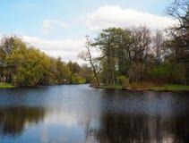 El paisaje del río atraviesa el parque con los árboles verdes amarillos y el cielo azul fotos de archivo