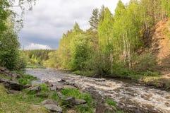 El paisaje del verano ayuna del río de Ural con los árboles en el banco de Rusia, junio Foto de archivo
