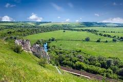 El paisaje del verano con el río, el ferrocarril y la tiza excavan el monasterio i Imagenes de archivo
