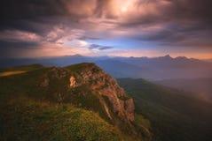 El paisaje del verano de la montaña con las nubes coloridas foto de archivo