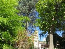 El paisaje entre los árboles imagenes de archivo