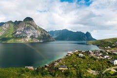 El paisaje escénico en las islas de Lofoten con las montañas acerca al agua Foto de archivo libre de regalías