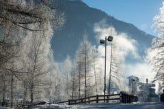 El paisaje fino de las montañas del invierno Día asoleado Disminución del invierno Los colores brillantes Río del bosque del bosq Foto de archivo libre de regalías