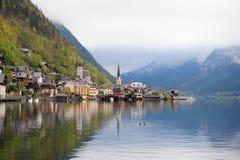 El paisaje hermoso de la naturaleza y de la ciudad de Hallstatt, Austria Fotografía de archivo