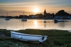 El paisaje hermoso de la puesta del sol del verano sobre puerto de la marea baja con amarra Fotos de archivo libres de regalías
