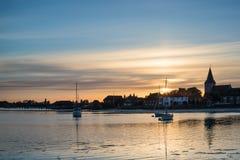 El paisaje hermoso de la puesta del sol del verano sobre puerto de la marea baja con amarra Fotografía de archivo