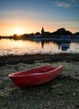 El paisaje hermoso de la puesta del sol del verano sobre puerto de la marea baja con amarra Imagen de archivo
