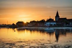 El paisaje hermoso de la puesta del sol del verano sobre puerto de la marea baja con amarra Imágenes de archivo libres de regalías