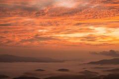 El paisaje hermoso de las montañas cuando la salida del sol Imágenes de archivo libres de regalías