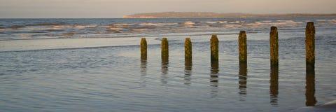 El paisaje hermoso del panorama de la salida del sol reflejó en piscinas en la playa Imagen de archivo