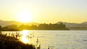 El paisaje hermoso del río con la niebla del amanecer y la mañana rocían almacen de video