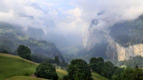 El paisaje imponente en el valle de Lauterbrunnen, Suiza, punto inicial para el tren viaja en la región de Jungfrau imagenes de archivo