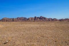 El paisaje marciano, abandona claramente contra el contexto de montañas Fotografía de archivo libre de regalías