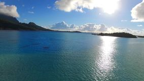 El paisaje marino aéreo maravilloso de la puesta del sol 4k tiró de hotel de la casa de planta baja de Bora Bora French Polynesia almacen de metraje de vídeo