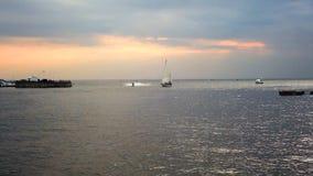 El paisaje marino con un yate, un barco de navegación y un jet esquían almacen de video