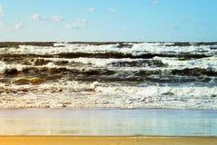 El paisaje marino hermoso con las ondas del mar, el cielo azul, las nubes de cúmulo blancas y la arena varan Paisaje tropical de  Imagenes de archivo