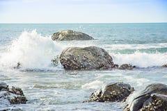 El paisaje marino y el agua salpican la piedra Fotos de archivo libres de regalías