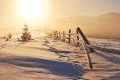 El paisaje misterioso del invierno es montañas majestuosas en invierno Puesta del sol fantástica Postal de la cortesía de la foto foto de archivo libre de regalías