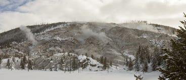 El paisaje nevado de la montaña del rugido expresa en Yellowstone Imagen de archivo libre de regalías