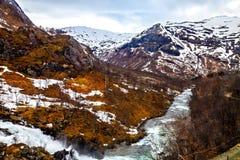 El paisaje noruego: río que fluye entre las montañas Foto de archivo