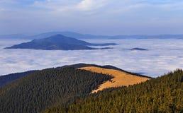 El paisaje panorámico de la nube del mar embrased las montañas imagen de archivo libre de regalías