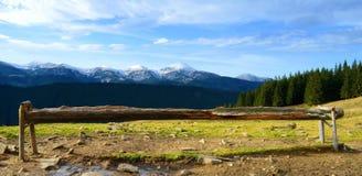 El paisaje pintoresco de montañas coronadas de nieve en cárpato Foto de archivo libre de regalías
