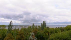 El paisaje pintoresco del río El río Volga Terraplén en la ciudad del Samara, Rusia Día ventoso del verano o del otoño almacen de video