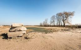 Hormigón grande de los pedazos apilado en un paisaje rural Fotografía de archivo