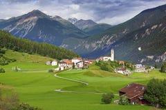 El paisaje rural hermoso con el pueblo Foto de archivo libre de regalías