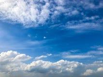 El paisaje se nubla el fondo del espacio y del cielo azul Fotografía de archivo