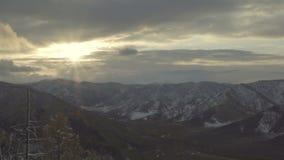 El paisaje severo asombroso del Mountain View, nieve de las nubes enarbola el sol, tiro estático almacen de metraje de vídeo