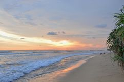 El paisaje un océano protegido puesta del sol de la India en Sri Lanka imagenes de archivo