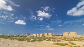 El paisaje urbano de Ajman con los chalets alista y bajo timelapse del constroction Ajman es el capital del emirato de Ajman aden almacen de metraje de vídeo